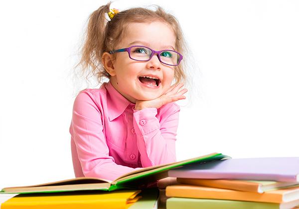 Imagen de una niña con gafas