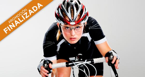 Imagen de una mujer con gafas andando en bici