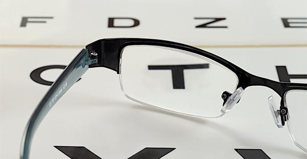 Imagen de una gafas sobre unas letras