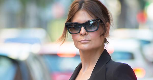 La bloguera Erika Bermejo posa con uno de los modelos de gafas de la marca Tom Ford que tenemos disponibles en la óptica.