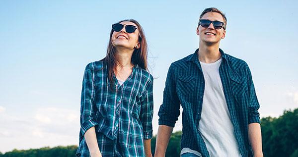 Una pareja se protege del sol con unas buenas gafas de sol.