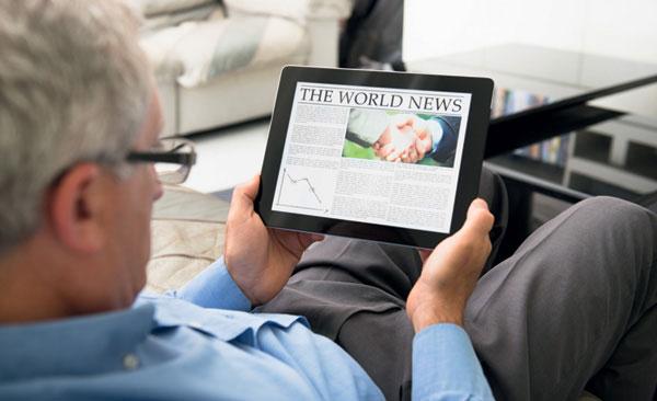 Hombre leyendo con las lentes personalizadas Eyeprint de Essilor.
