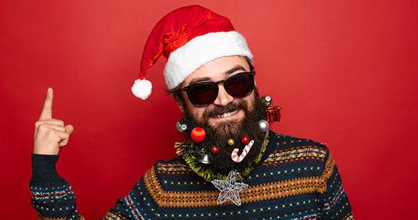 Papá Noel moderno con gafas de sol