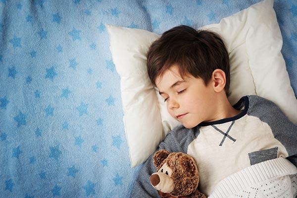 Niños durmiendo de noche con las lentes Orto-K