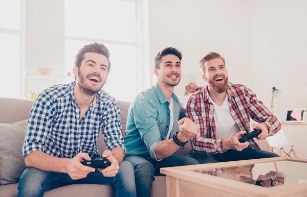 Adultos jugando videojuegos