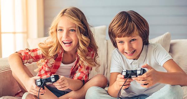 Niñós jugando a videojuegos