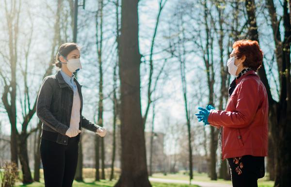 Dos personas sordas hablando con mascarilla